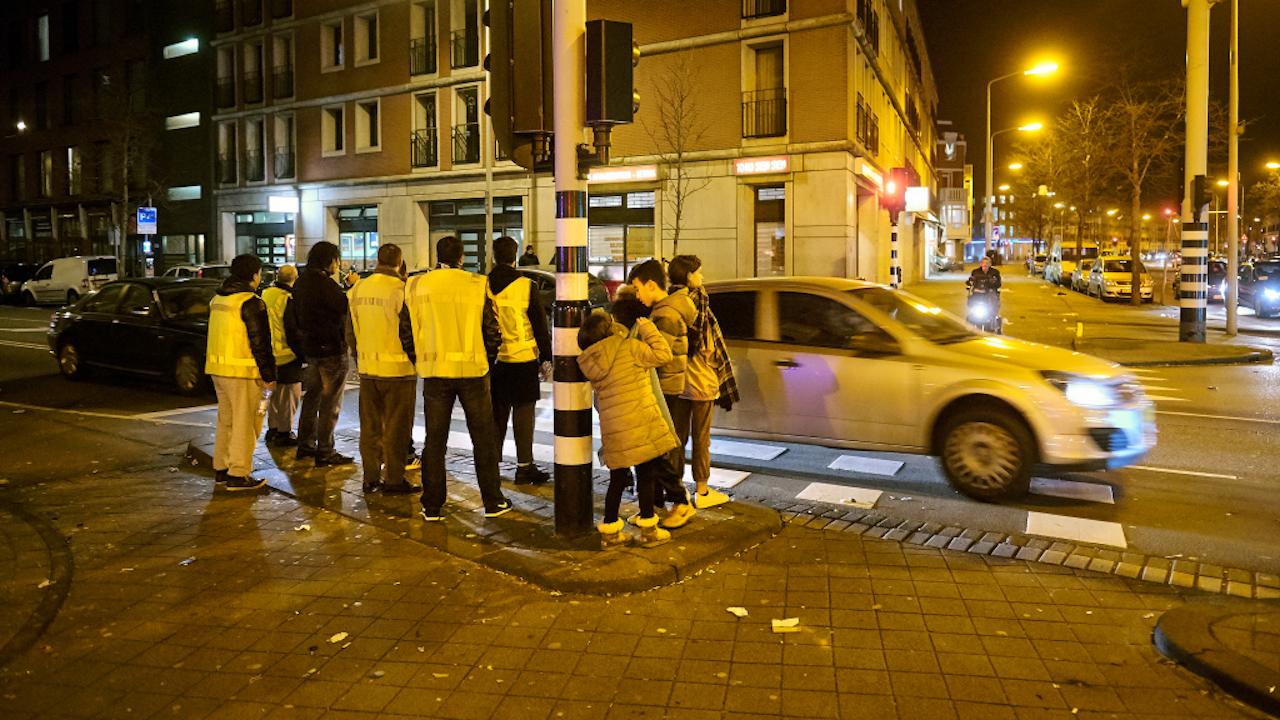 Een groep vrijwilligers op patrouille door de Schilderswijk, afgelopen jaarwisseling. Foto: HH / Phil Nijhuis.