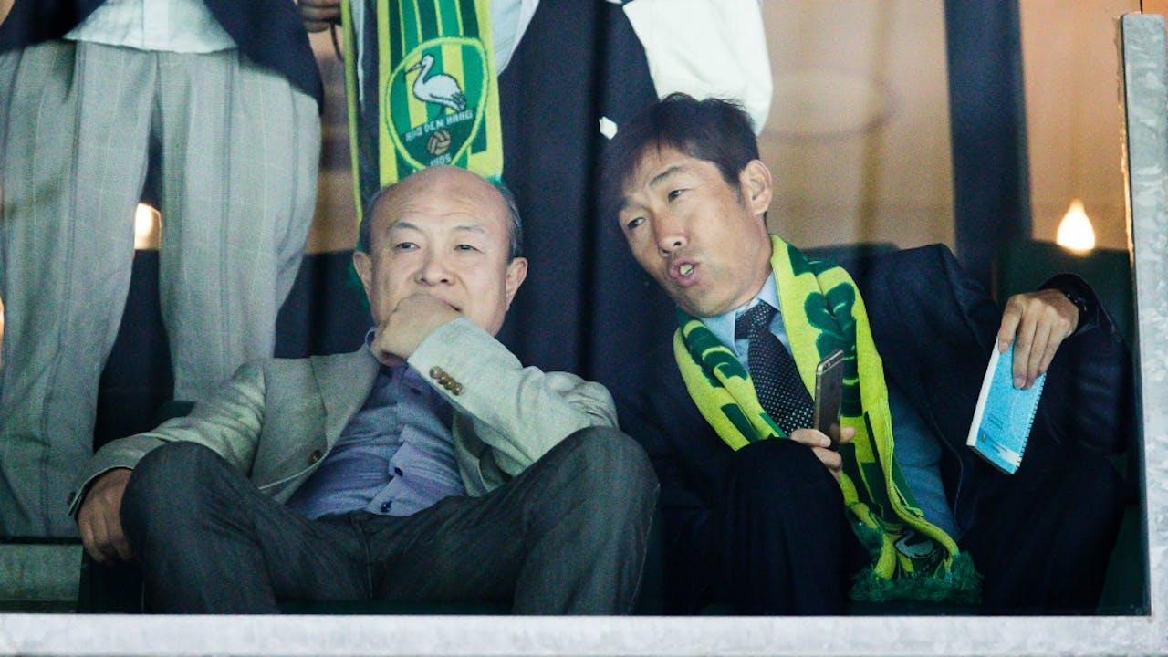 Wang Hui (links) bij een wedstrijd van ADO Den Haag. Foto: HH/Erwin Spek
