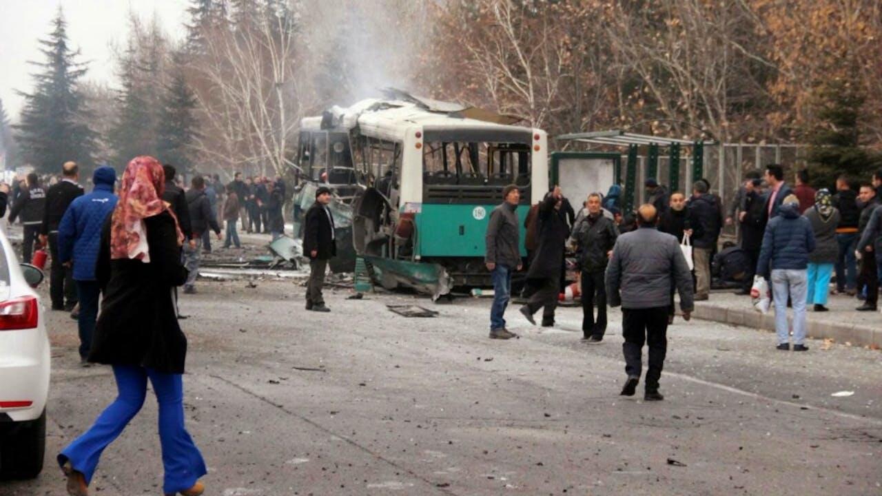 De ontplofte bus in de Turkse stad Kayseri. Foto ANP