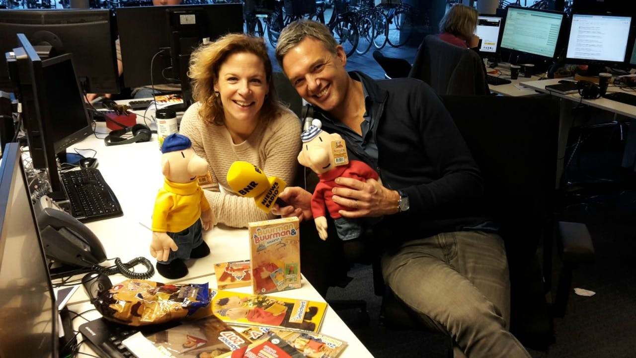 Buurman & Buurman poseren met presentatoren Roos Abelman en Paul Laseur. Foto: BNR