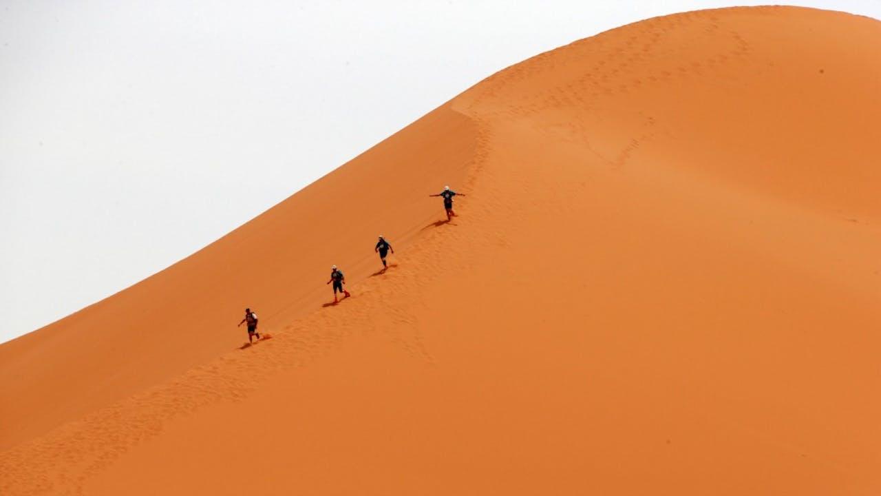 Deelnemers aan de Marathon des Sables in Marokko. Foto: ANP/AFP