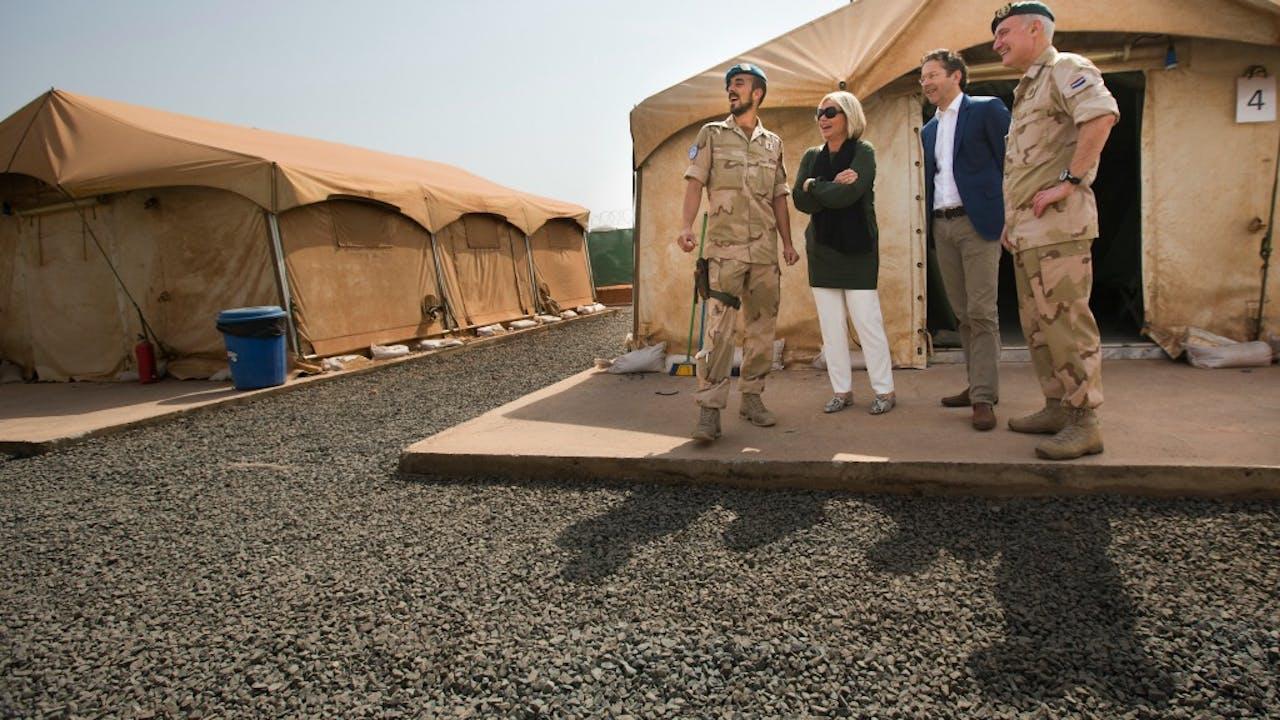 inisters Hennis en Dijsselbloem op bezoek in Mali. Foto: ANP.