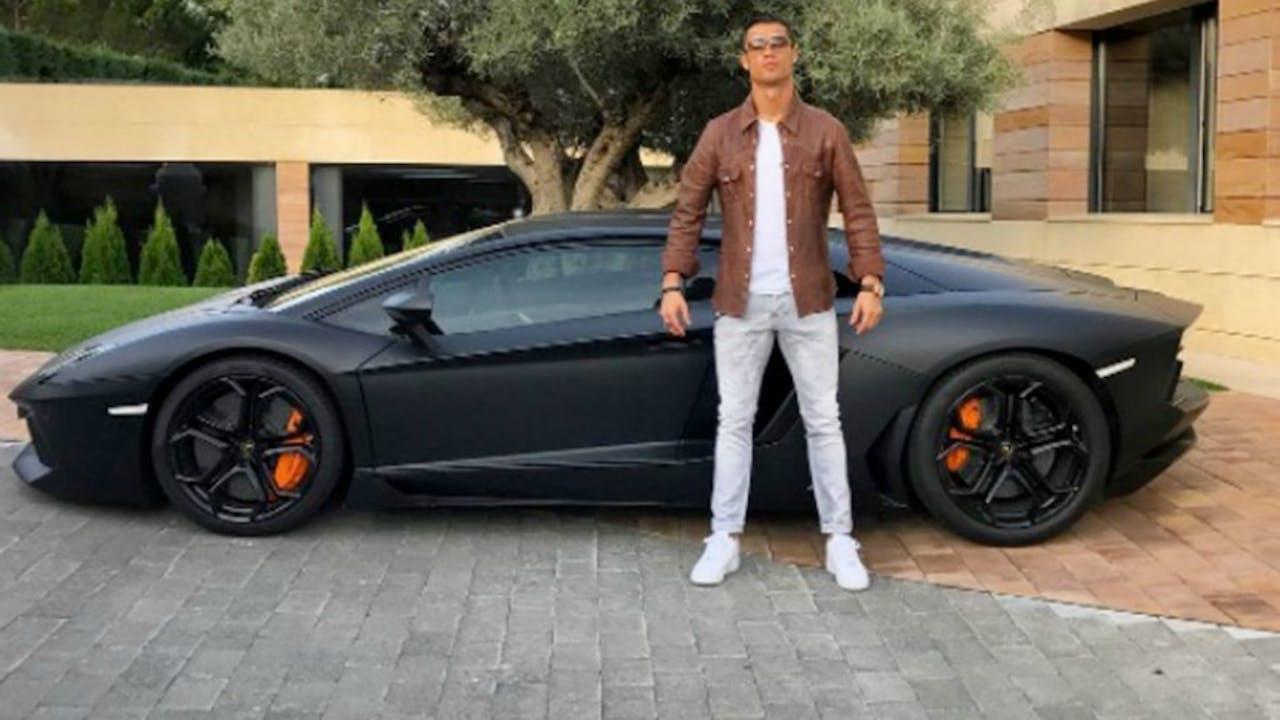 Ronaldo met een van z'n auto's. Foto: ANP.