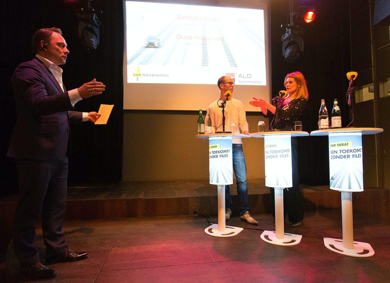 Barbara Visser en Duco Hoogland in debat onder leiding van presentator Meindert Schut