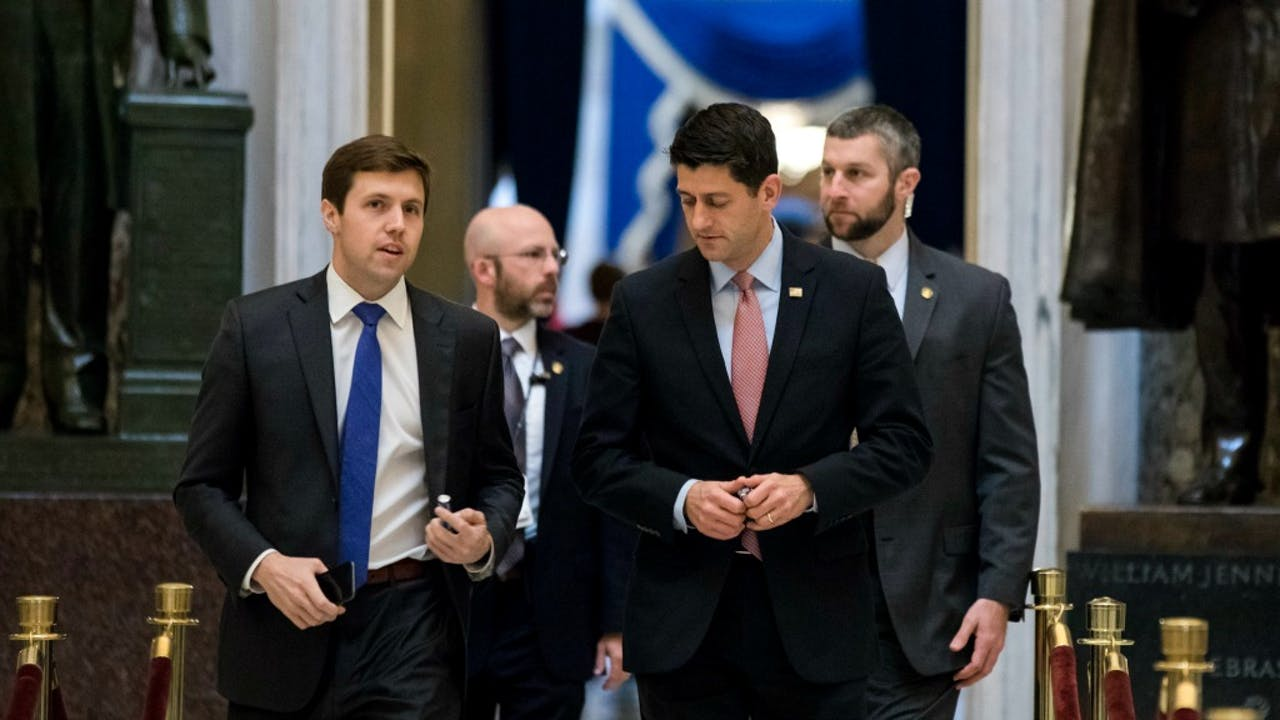 De Republikeinse voorzitter van het Huis van Afgevaardigden, Paul Ryan (2e van rechts) op weg naar de stemming. Foto: ANP/EPA