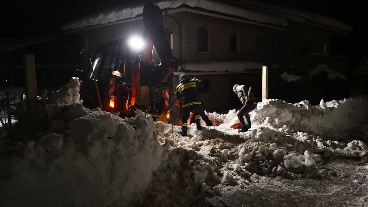 Reddingswerkers zoeken naar overlevenden. Foto: ANP.
