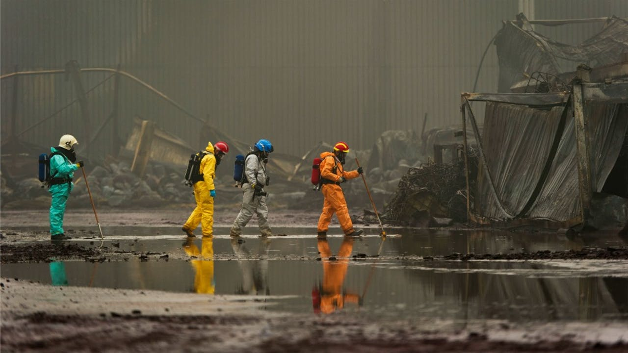 Medewerkers van het Landelijk Team Forensische Opsporing doen onderzoek op het terrein van Chemie-Pack na de grote brand in 2011. Foto: ANP