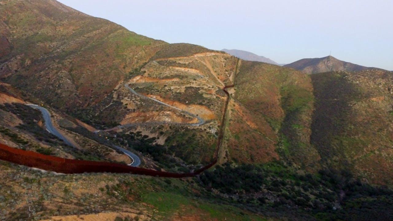 Een deel van de muur die nu al tussen Mexico en de Verenigde Staten is gebouwd. Foto: ANP.