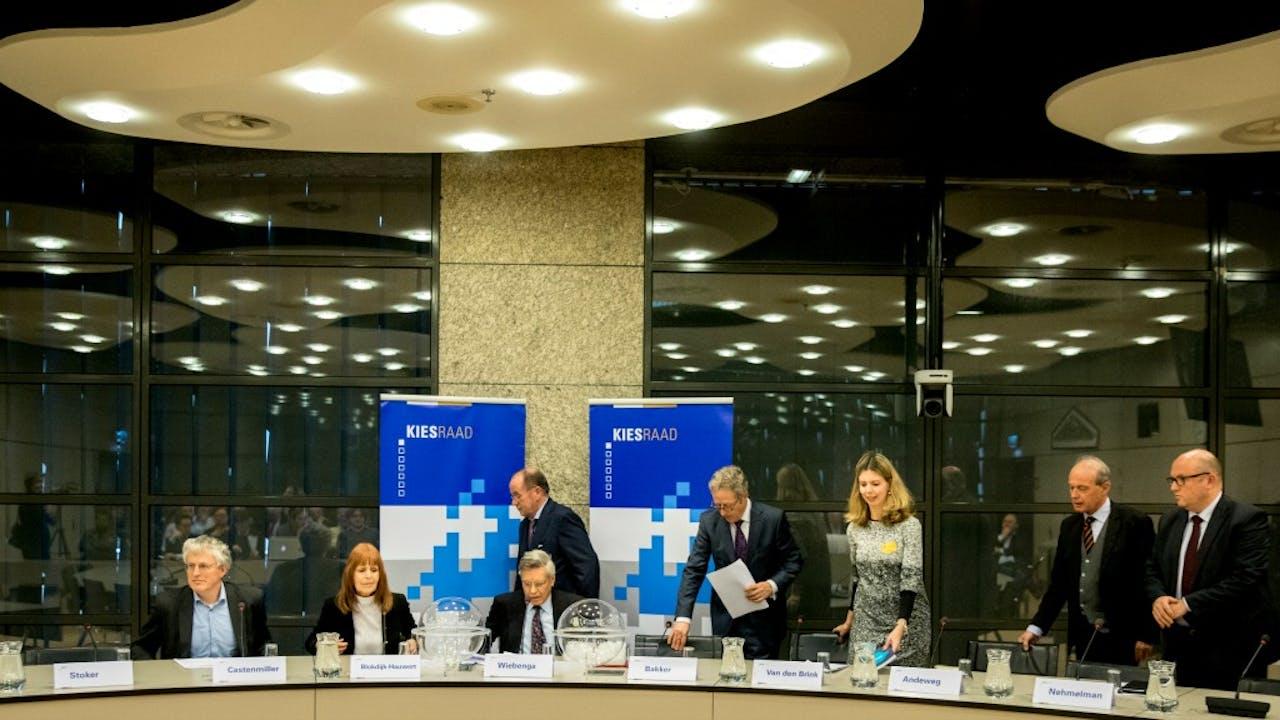 De Kiesraad neemt zitting in de Thorbeckezaal in de Tweede Kamer voor de bekendmaking van de partijen die mee mogen doen aan de verkiezingen op 15 maart. Foto ANP