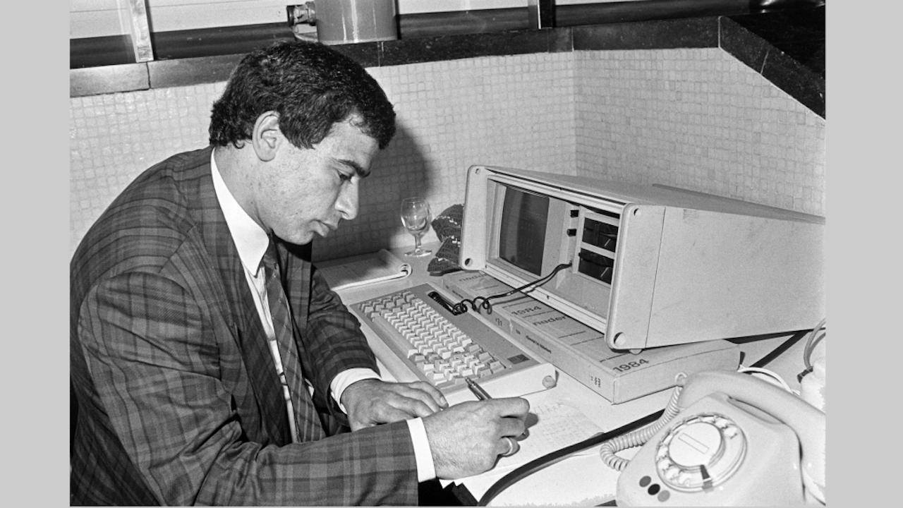 Het grote radiodebat in de Rooie Haan van de VARA aan de vooravond van de parlementaire verkiezingen van 1986 met de lijsttrekkers van de drie grote partijen CDA, VVD en PvdA. Opiniepeiler Maurice de Hond zit achter de computer, een Conmodore 64. Hij verzamelt gegevens en stemvoorkeuren en voorspelt de verkiezingsuitslag. (Foto: Bert Verhoeff/ HH)