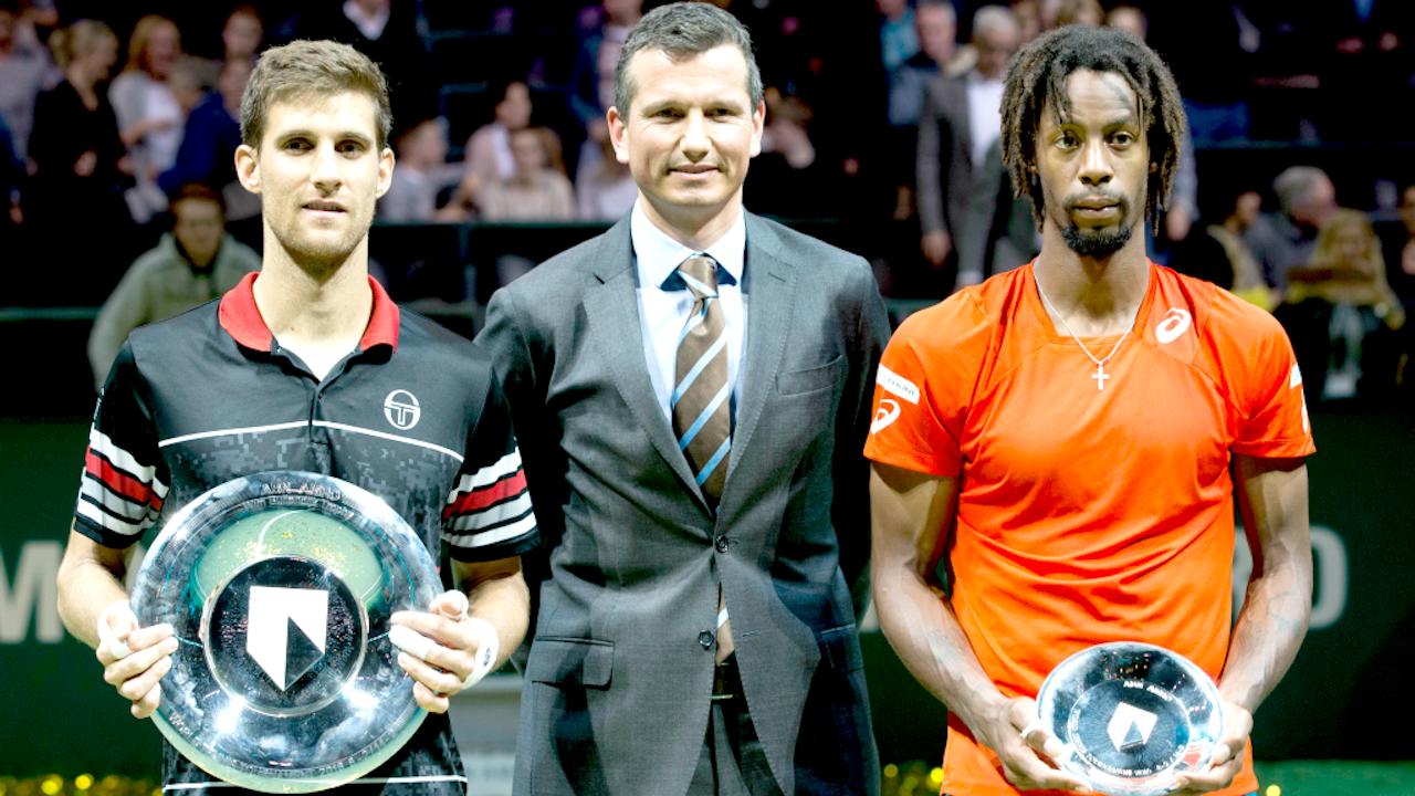 Toernooidirecteur Richard Krajicek tussen winnaar Martin Klizan (l) en Fransman Gael Monfils (r) in 2016. Foto: ANP