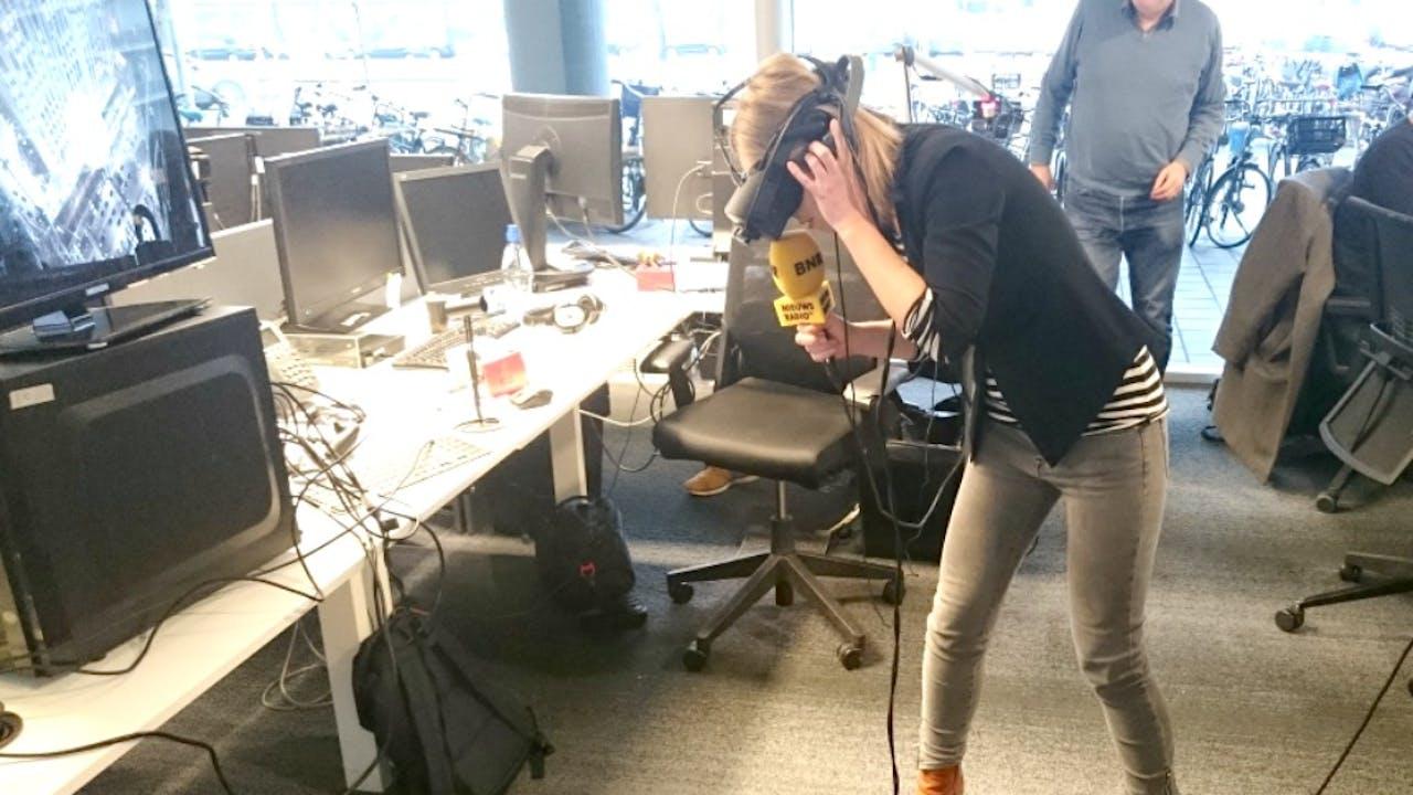 Annette van Soest kijkt virtueel in de afgrond. Foto: Mark Hulstein