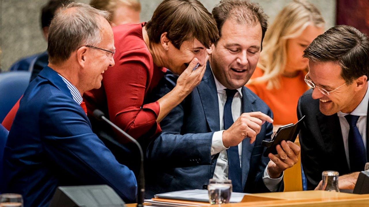 Disclaimer: de tekst op Asschers smartphone is niet per se een fragment uit het VVD-verkiezingsprogramma. Foto: ANP