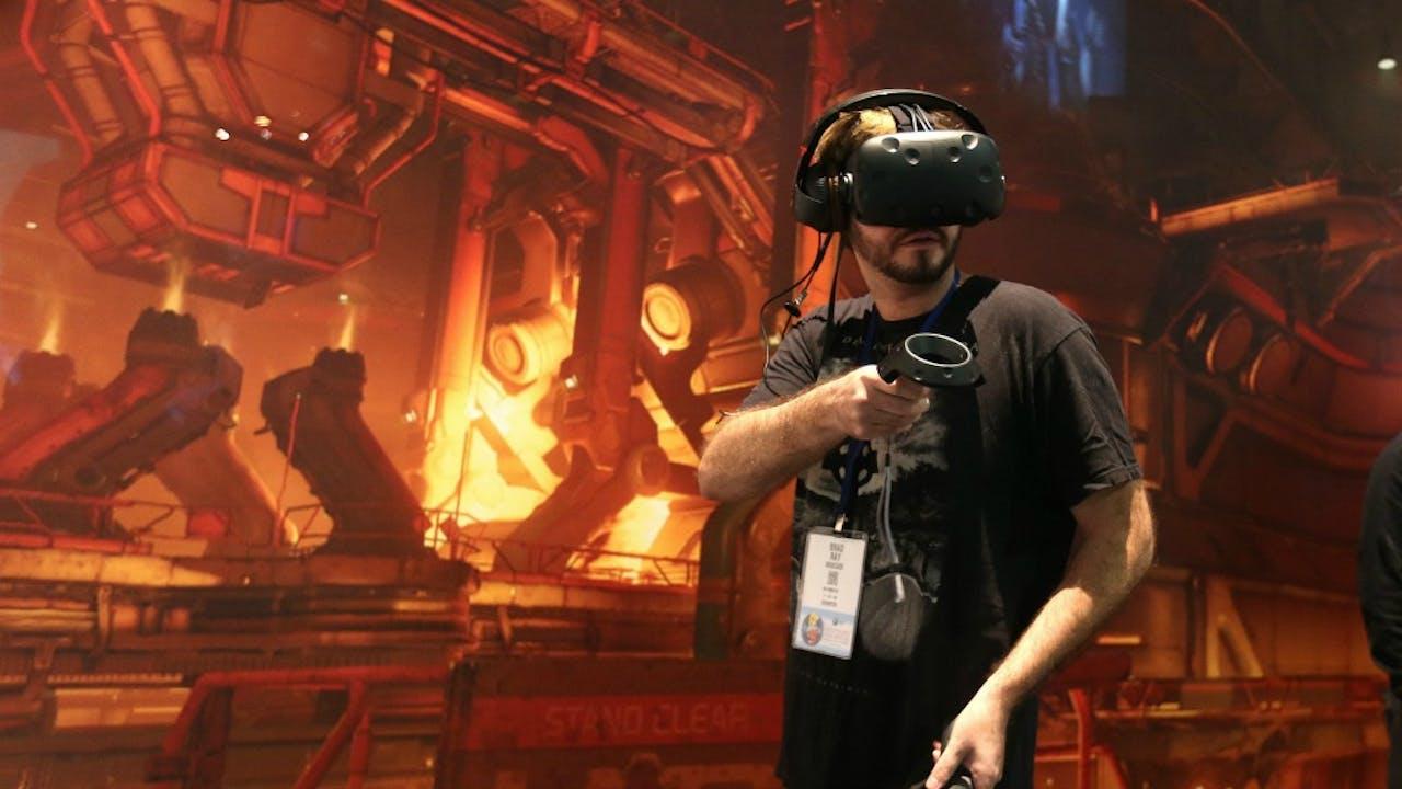 Een bezoeker tijdens de E3 van afgelopen jaar. Foto: ANP/EPA
