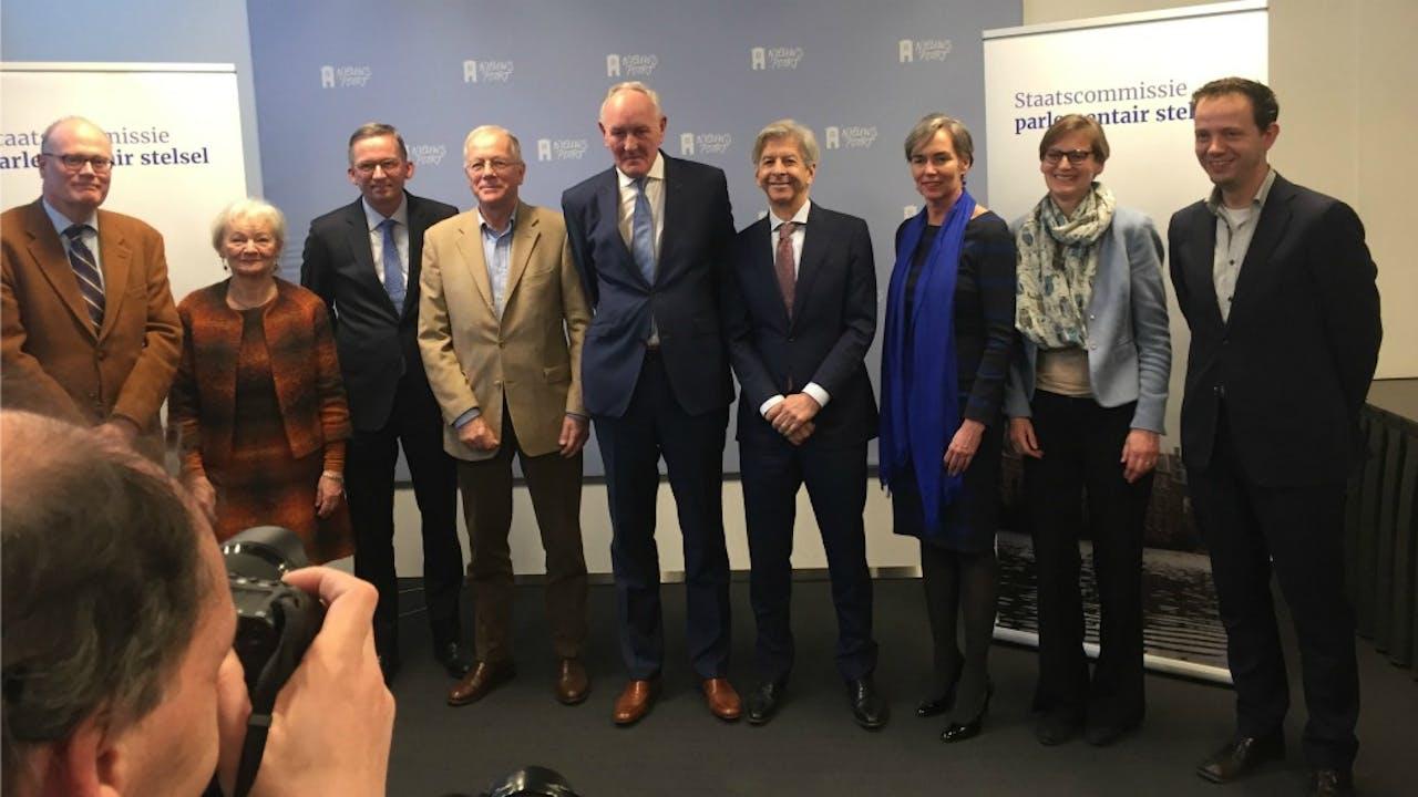De Staatscommissie-Remkes met in het midden Johan Remkes, als vierde van rechts minister Plasterk en uiterst rechts Tom van der Meer. Foto: BNR/Jaap Jansen