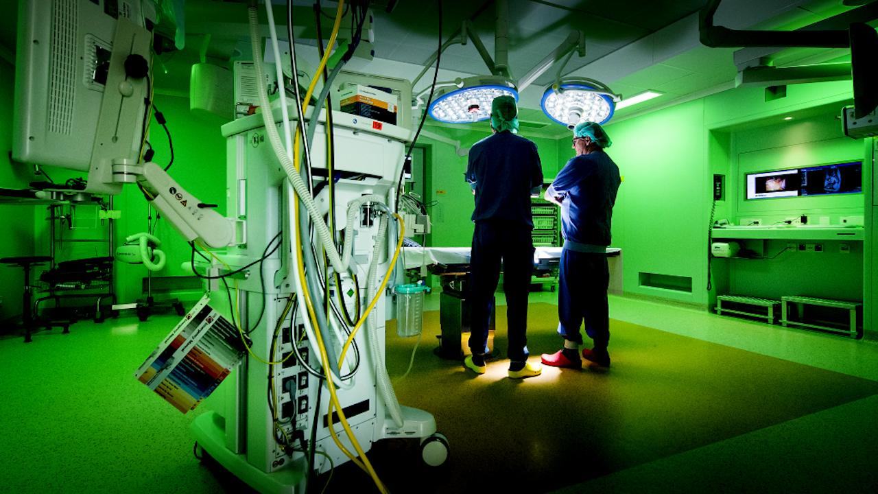 Futuristisch ogende operatiekamer in het Academisch Medisch Centrum (Foto: ANP)