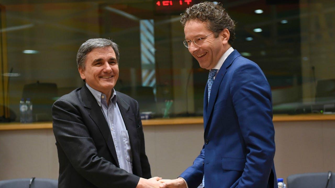 De Griekse minister van Financiën Euclid Tsakalotos samen met collega Jeroen Dijsselbloem. Foto AFP