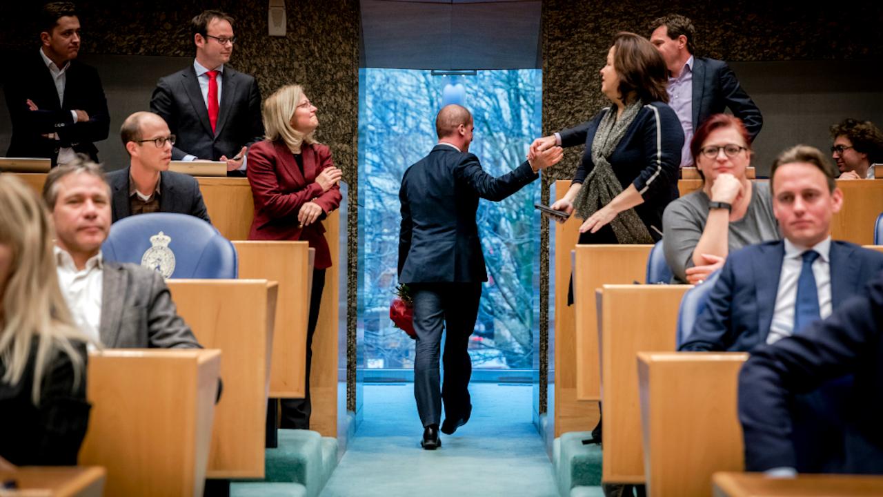 Diederik Samsom (PvdA) neemt afscheid van collega's in de Tweede Kamer. Foto ANP