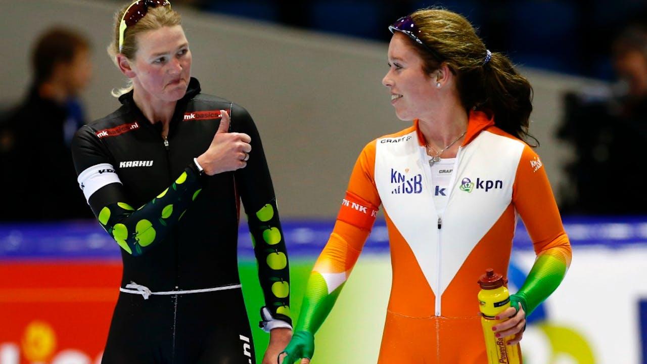 Schaatster Antoinette de Jong krijgt een compliment. Foto: ANP.