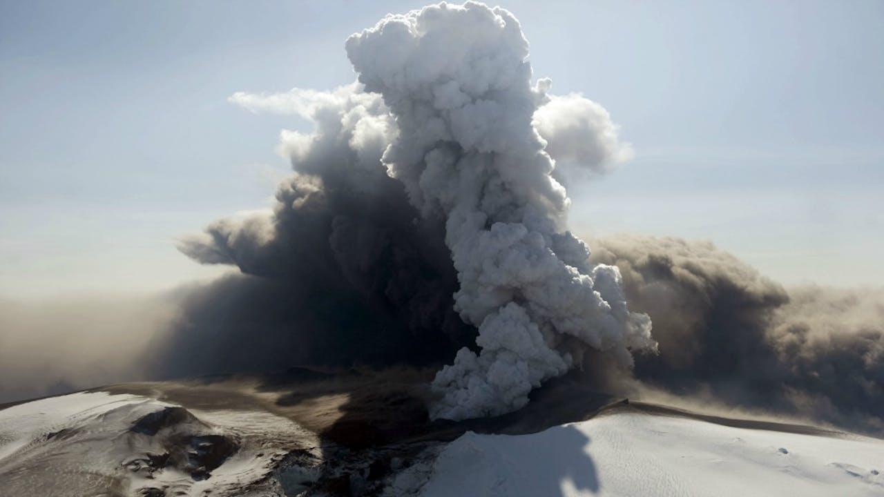 Rokende chaos. Of toch een vulkaan? Foto ANP