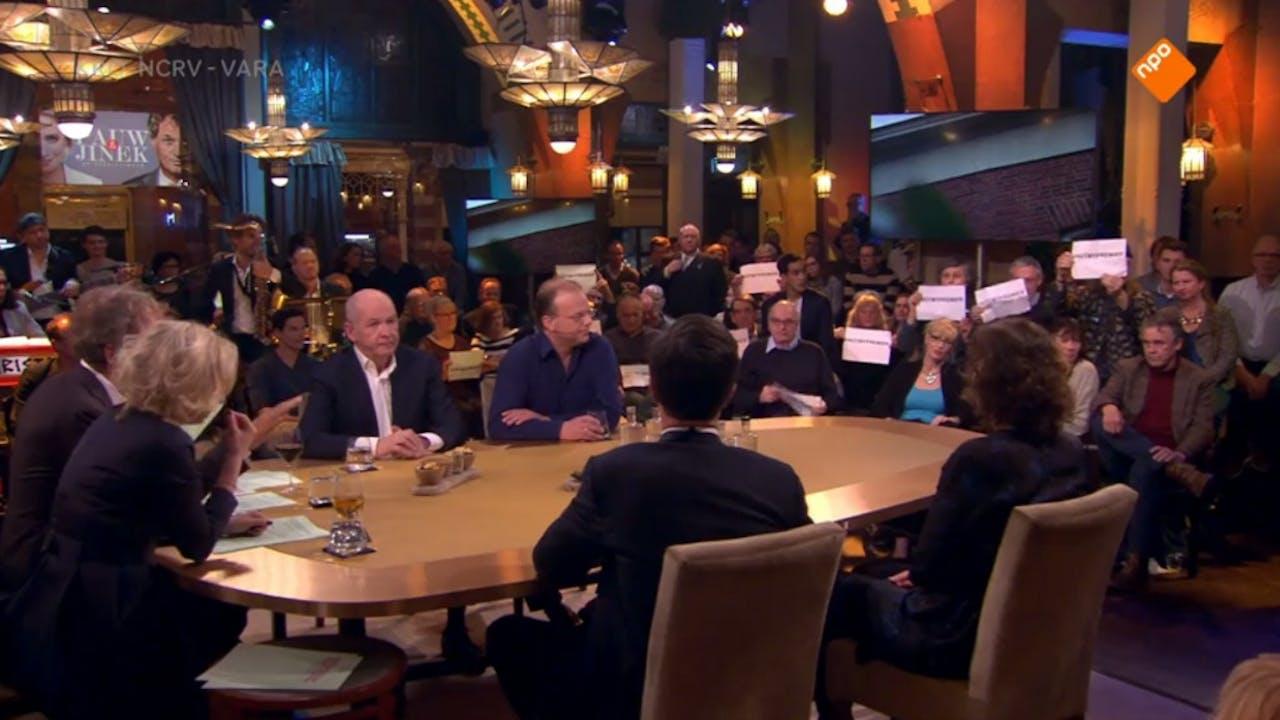 Screenshot van de uitzending van Pauw & Jinek. Boze Groningers roeren zich op de tribune.