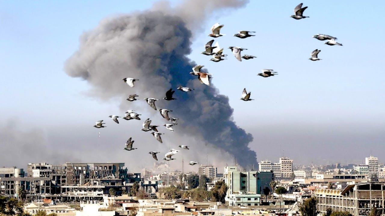 Rook stijgt op na een bombardement in Mosul op 6 maart 2017. Foto: AFP