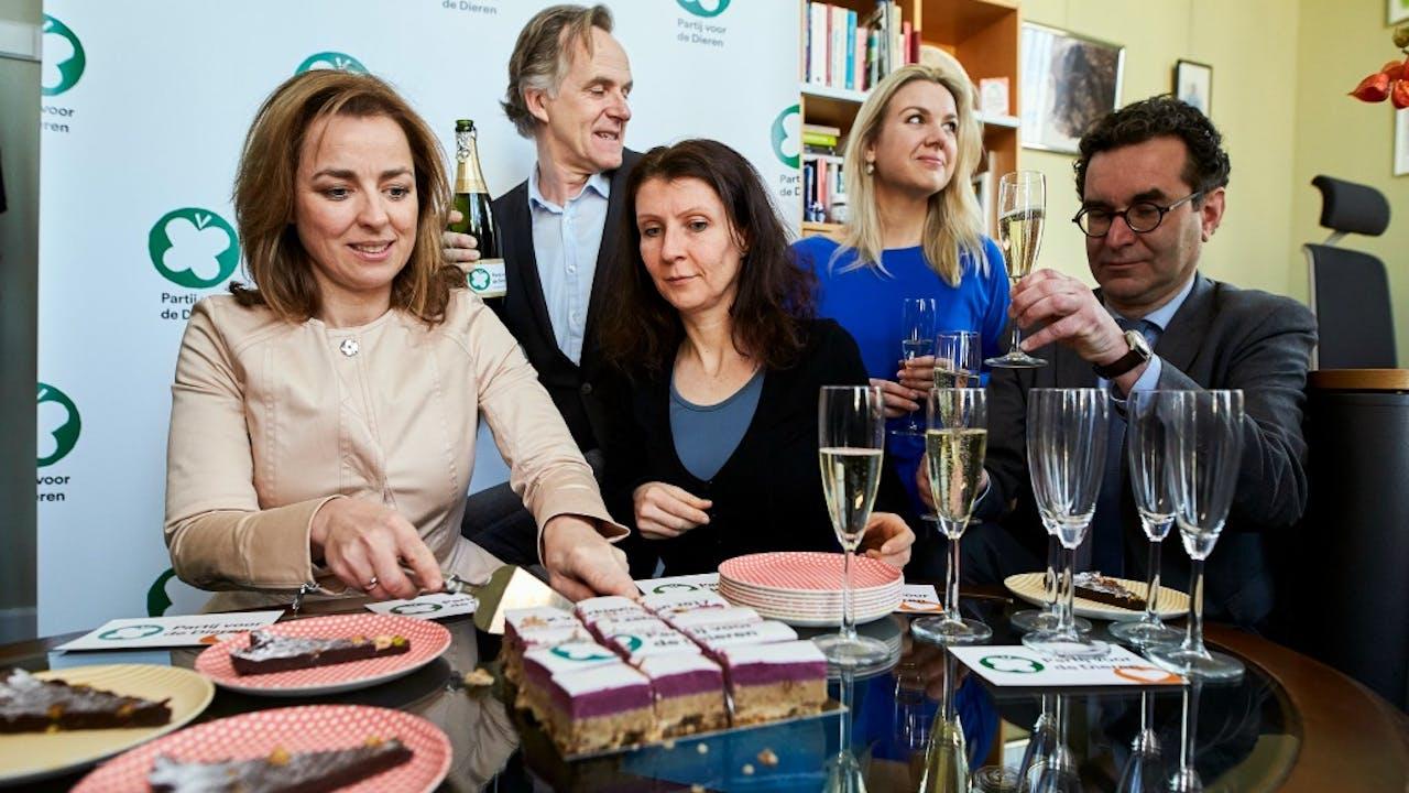 De Partij voor de Dieren viert de verkiezingsuitslag met taart en champagne. Foto: HH/Phil Nijhuis