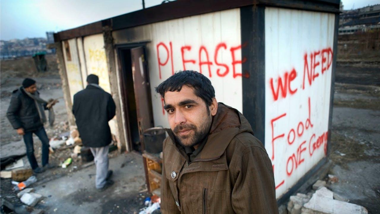 Vluchtelingen verblijven in loodsen op een verlaten bedrijventerrein in Belgrado. Foto: HH/Piet den Blanken