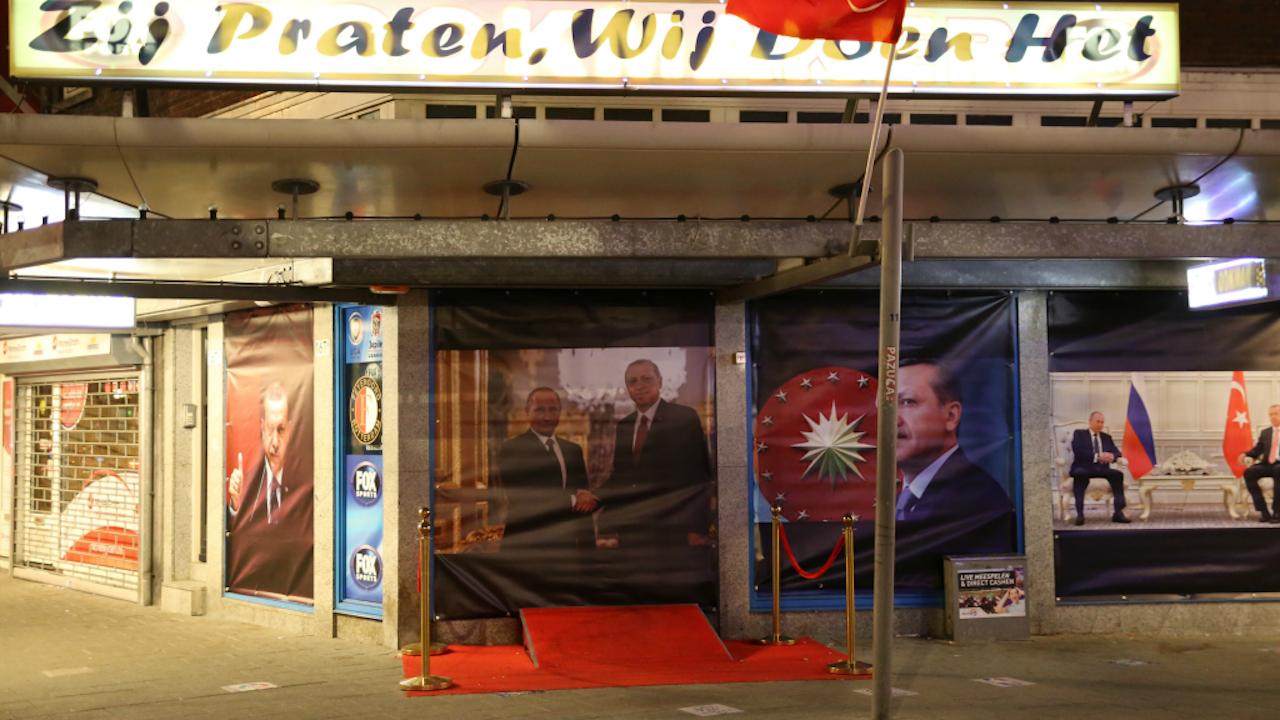 Posters van Erdogan op een winkel in Rotterdam. Foto: ANP.