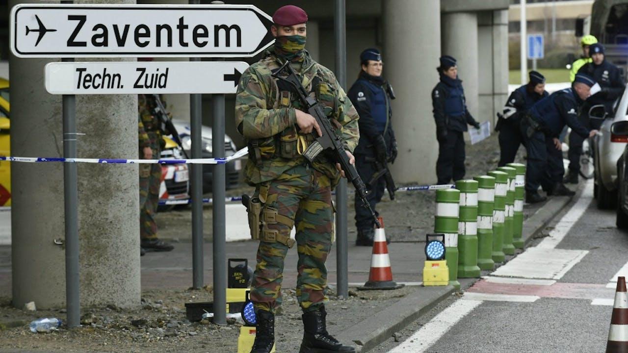 Een militair op luchthaven Zaventem, kort na de aanslagen in maart 2016. Foto: ANP.