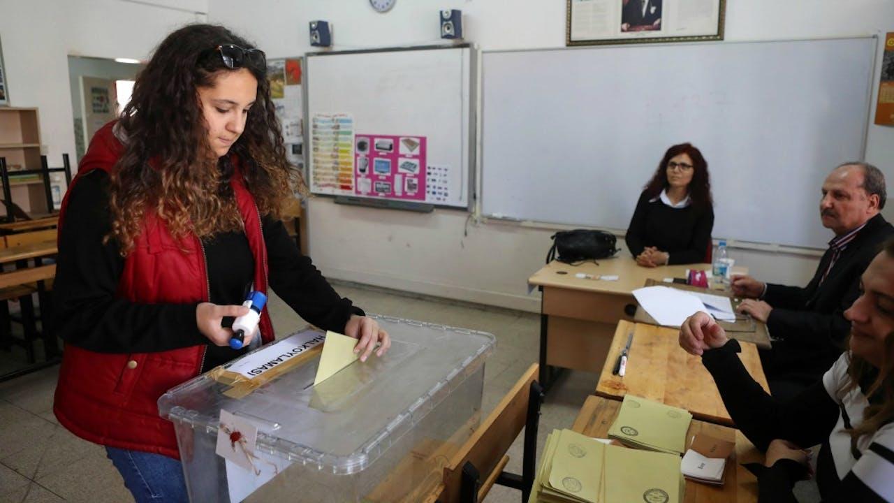 Een vrouw brengt haar stem uit in Ankara. Foto: ANP/AFP
