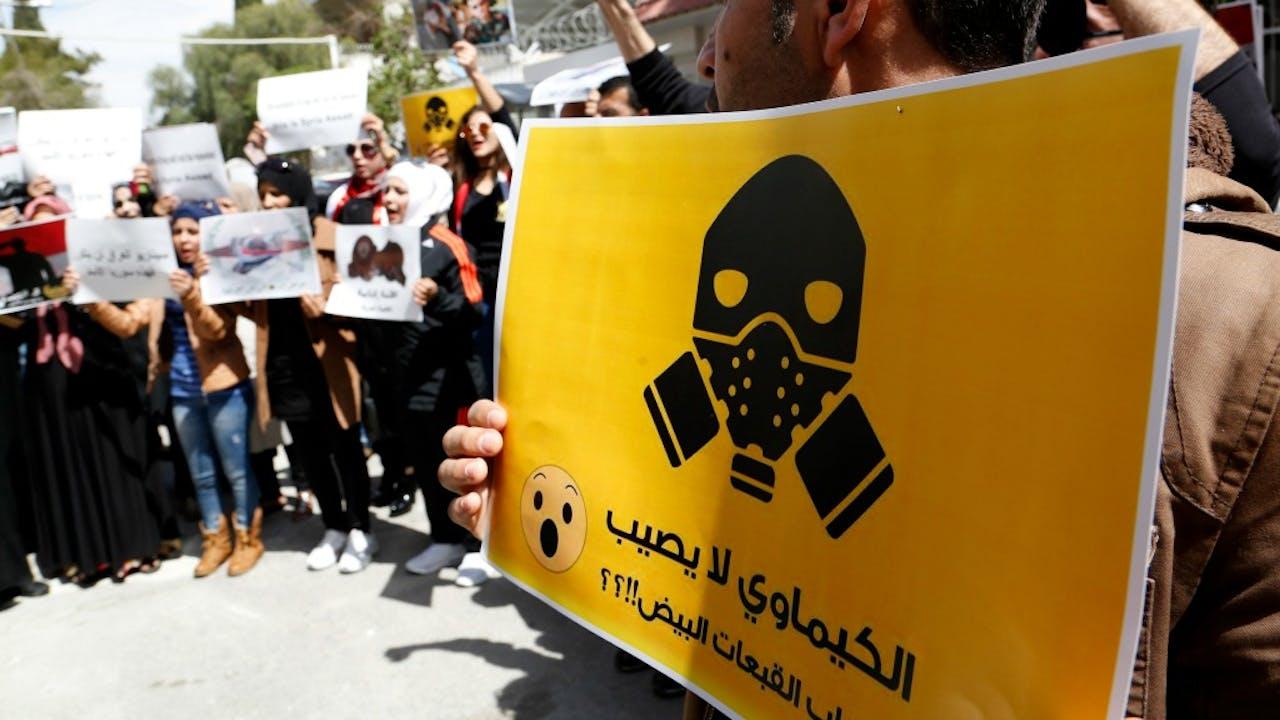Tientallen Syriërs demonstreren voor de Amerikaanse ambassade in Damascus tegen de raketaanval op de militaire basis in Syrië begin april die de Amerikanen uitvoerden na de gifgasaanval. Foto ANP