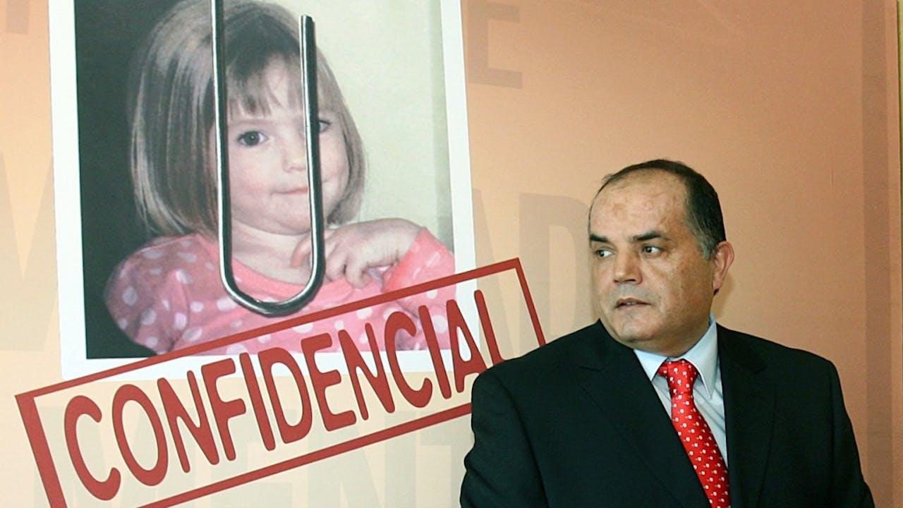 Voormalig rechercheur Goncalo Amaral voor een poster van zijn boekcover over de verdwijning van Madeleine McCann. Volgens Amaral zouden de McCanns achter de verdwijning van hun dochter zitten. In een rechtszaak werd zijn boek in de ban gedaan en moest Amaral de McCanns een schadevergoeding betalen. Foto ANP