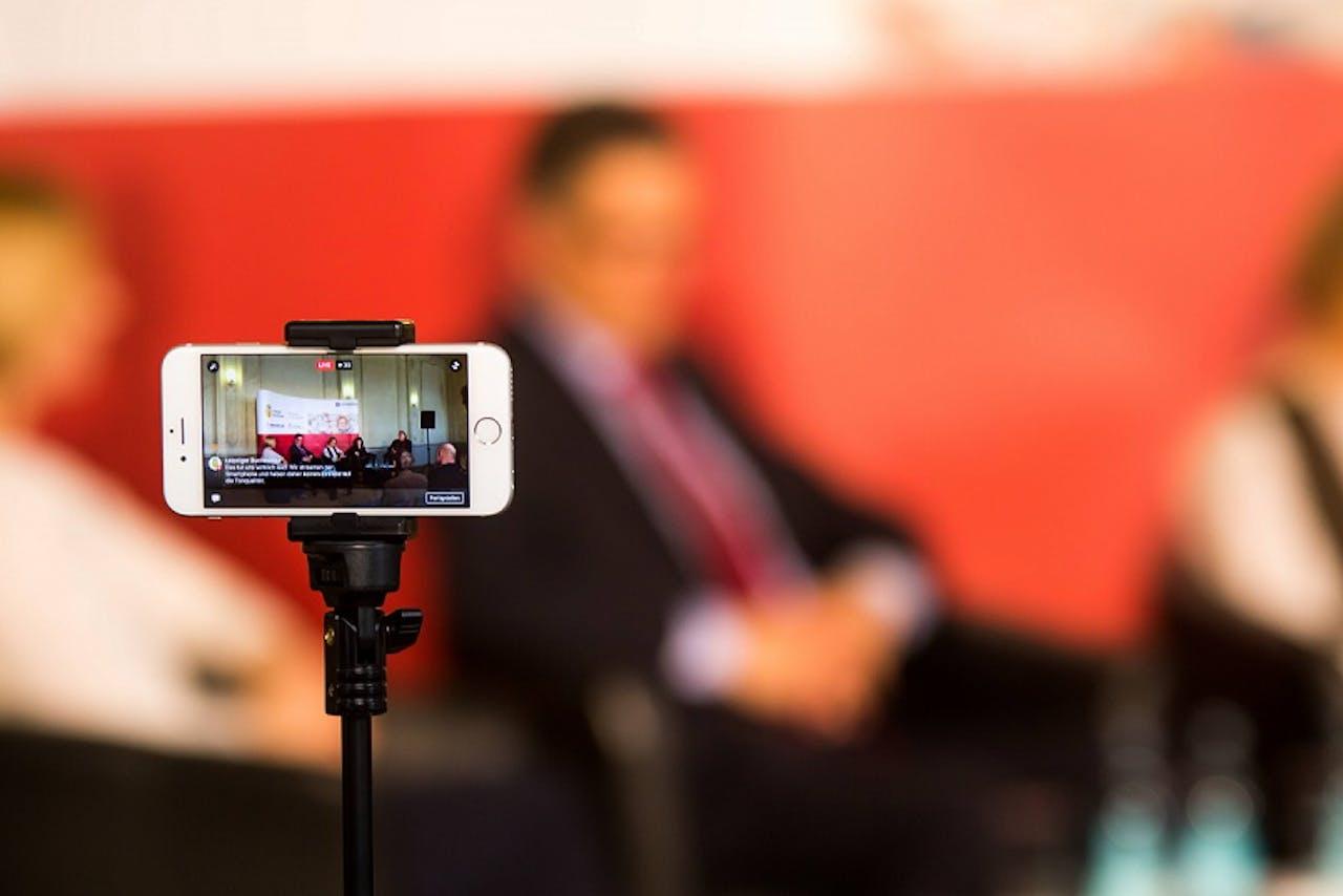Livestreamen kan met apps als YouTube, Periscope, Instagram en Facebook. Beeld: Hollandse Hoogte