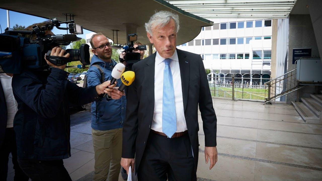 Jos Nijhuis (Schiphol) arriveert bij het ministerie van Economische Zaken. Foto: ANP