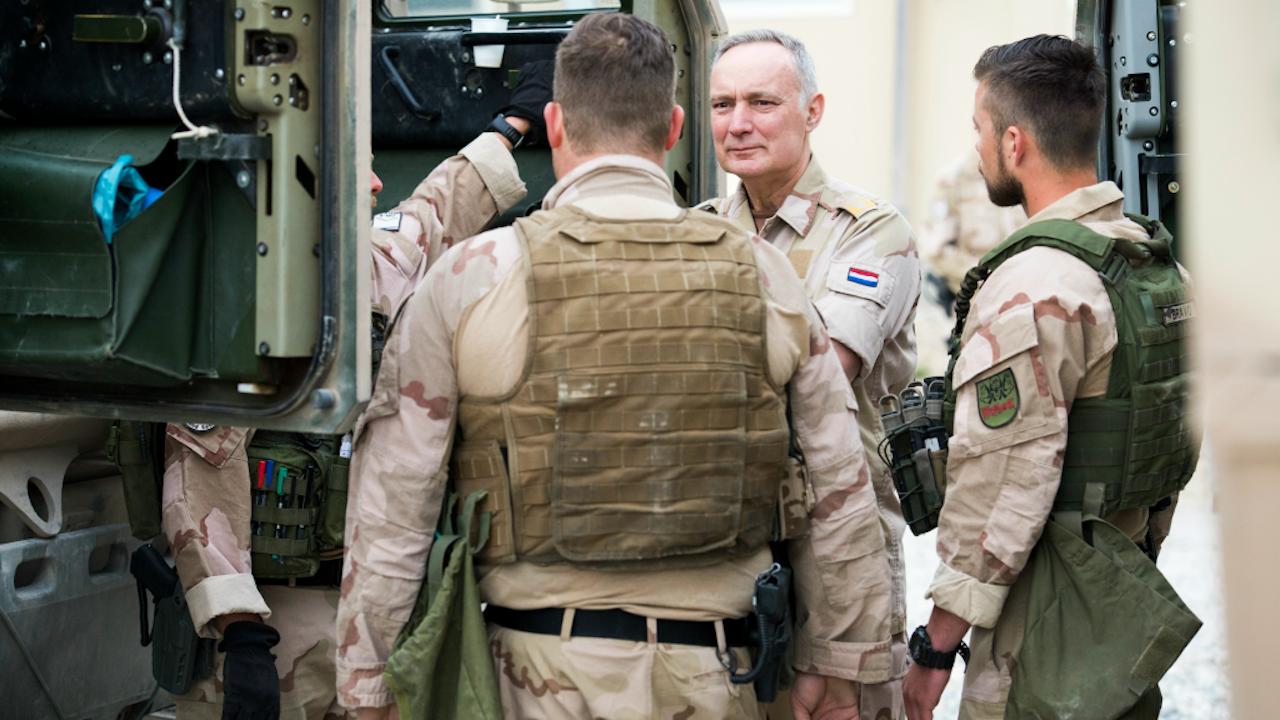 Commandant der Strijdkrachten Tom Middendorp (tweede van rechts). Foto ANP