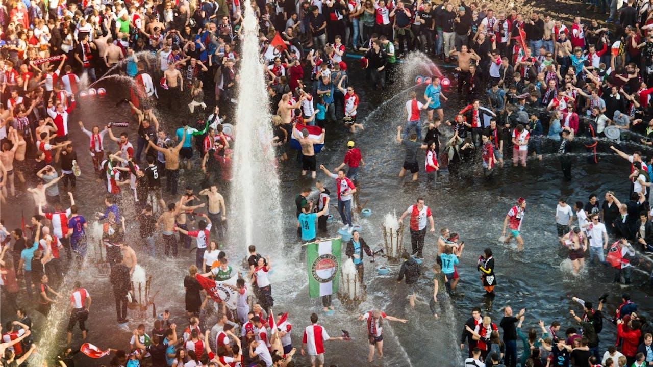 Feyenoordsupporters vieren het landskampioenschap van 2017 in de fontein op het Hofplein. Foto ANP