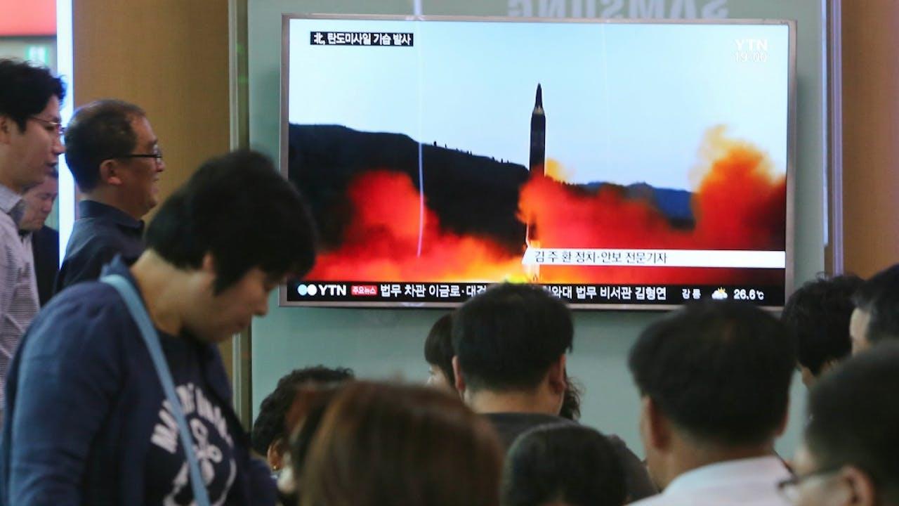 Zuid-Koreanen op een treinstation zien het nieuws over de raketlancering. Foto: HH/Ahn Young-joon (AP | Associated Press)
