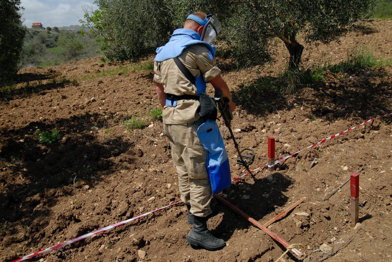 Een demonstratie van het opsporen van clusterbommen op een archieffoto uit 2008. Foto HH