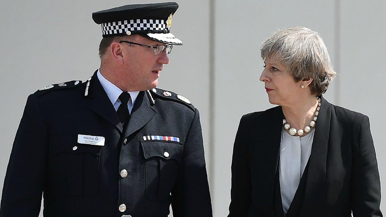 De politiechef van Manchester Ian Hopkins met premier May. Foto ANP