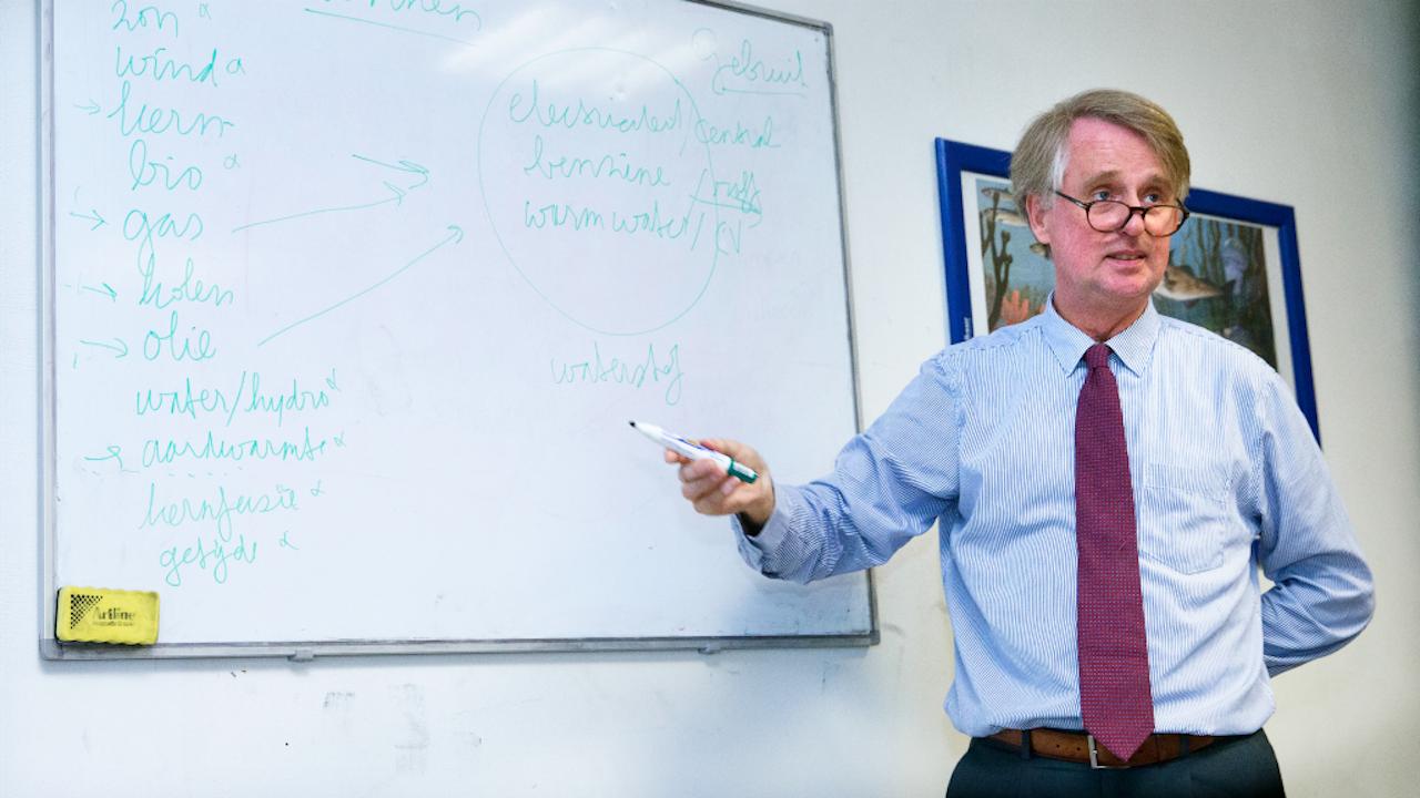 Foto: ANP. Dick Benschop, president-directeur Shell Nederland en oud-leraar geschiedenis die een les geeft over duurzame energie.