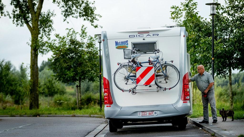 Vlaams ministerie vergeet verplichte stickers te ontwerpen