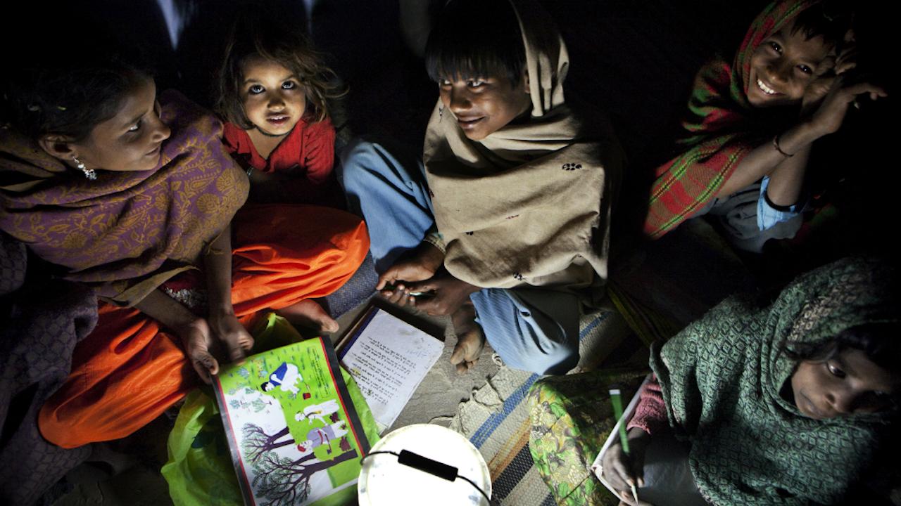 In India is nog altijd 40% van de bevolking analfabeet. Op de foto, kinderen die overdag werken en 's avonds les krijgen sinds er lampjes met zonnepanelen bestaan. (Foto: Dieter Telemans/Hollandse Hoogte, 2010)