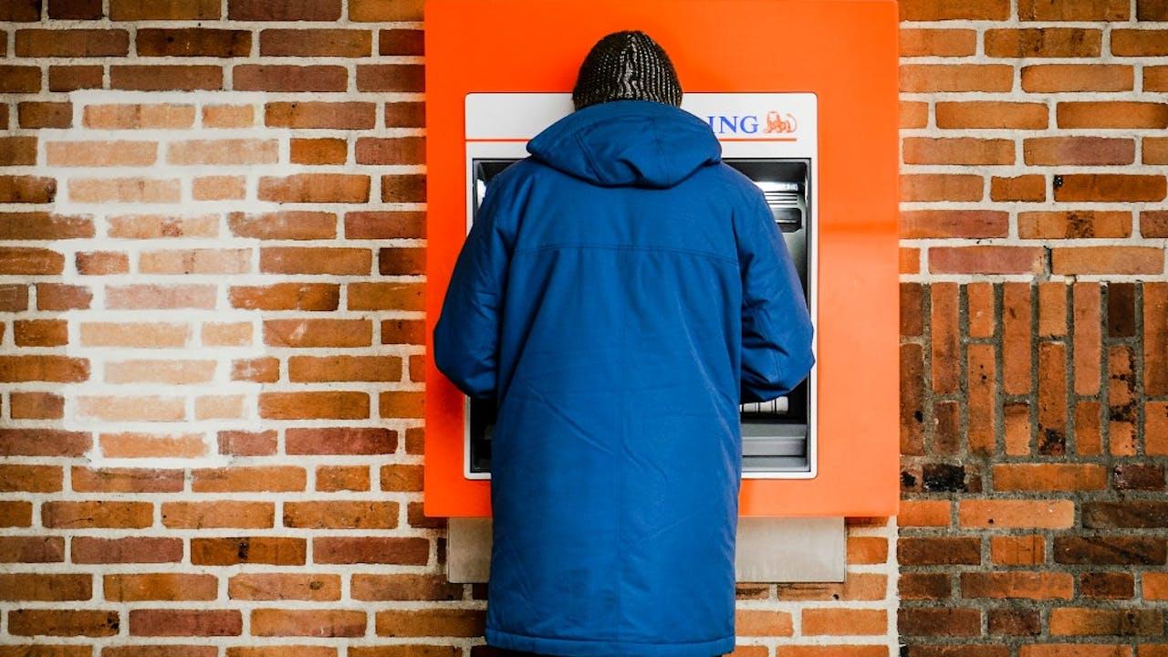 De oranje pinautomaat zou uit het straatbeeld kunnen verdwijnen. Foto: ANP.