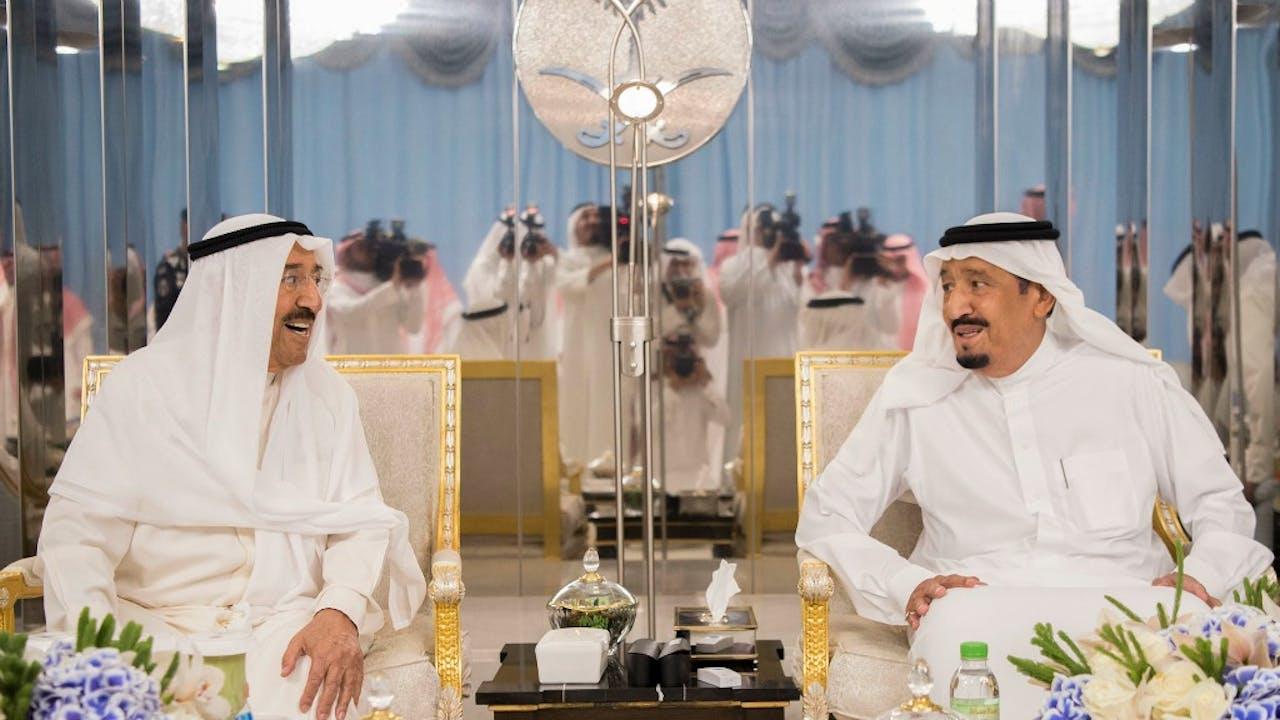 De emir van Koeweit sjeik Sabah al-Ahmad al-Jaber al-Sabah en koning Salman bin Abdulaziz al-Saud (Saoedi-Arabië, rechts) ontmoeten elkaar in de stad Jeddah. Beiden zijn in Jeddah om te praten over de crisis tussen Qatar en de andere golfstaten. Foto ANP