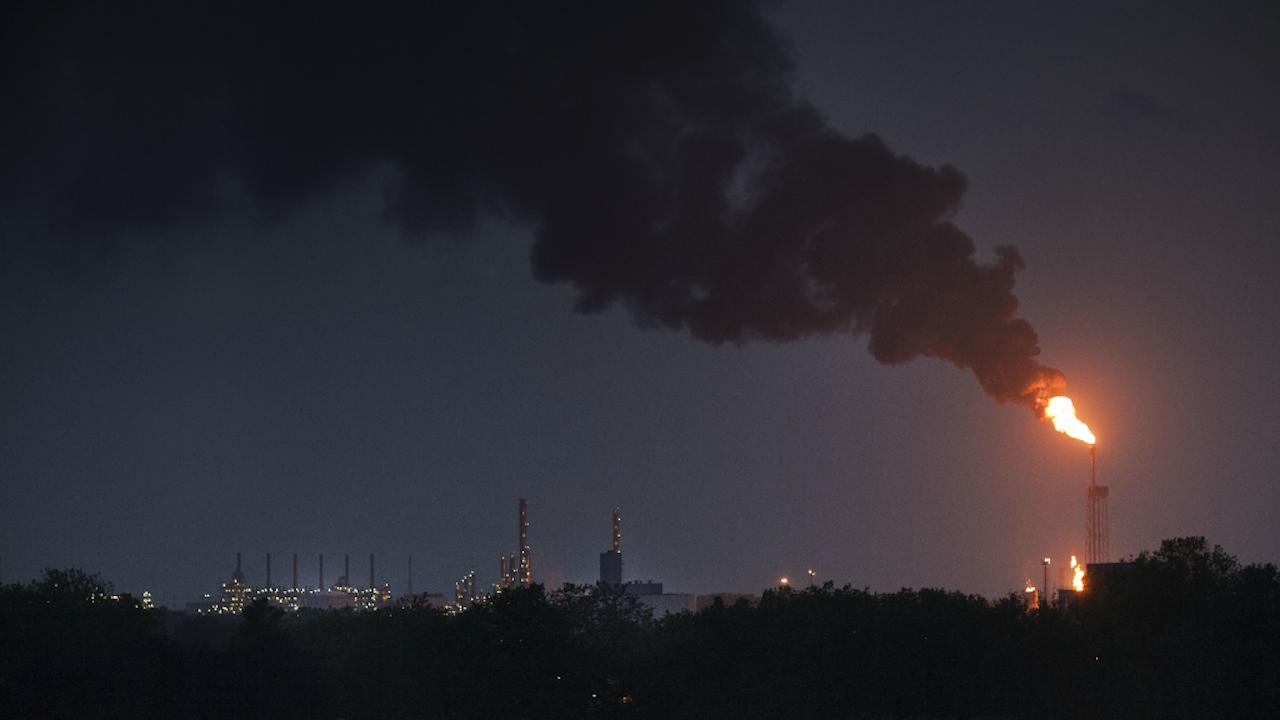 Archieffoto van Chemelot, dat voorheen onder DSM viel. DSM is in 1902 opgericht als staatsbedrijf voor de exploitatie van ondergrondse steenkoolreserves in Limburg. Later zijn daar de productie van ammoniak en kunstmest bijgekomen op basis van bijproducten die vrij kwamen bij het vergassen van steenkool. (Foto: Roger Dohmen/HH, 2012)