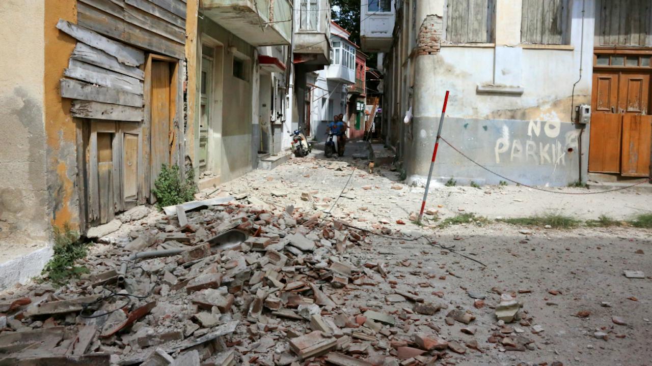 Een beschadigd gebouw in Plomari, Lesbos. Foto: HH/Manolis Lagoutaris