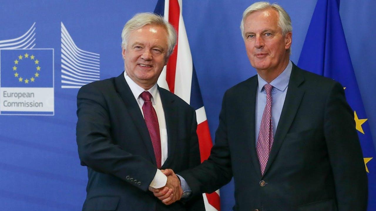 De Brexit-onderhandelaars: de Britse David Davis (links) en de Franse Michel Barnier. Foto ANP