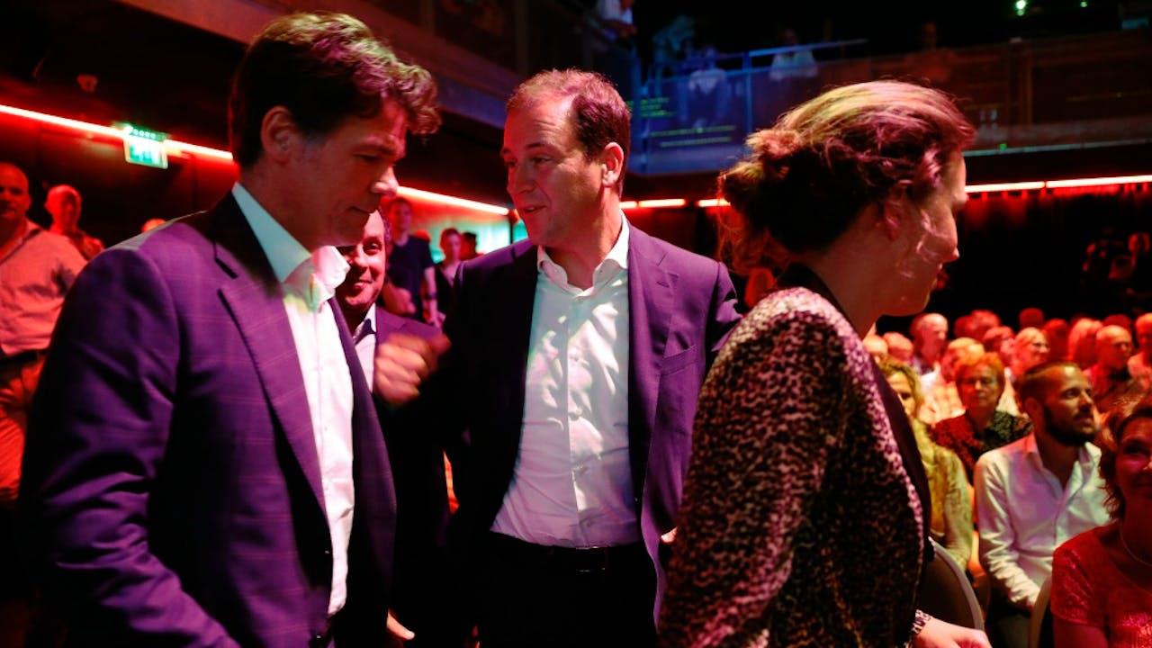 Lodewijk Asscher en Paul Depla tijdens Club Rood, een talkshow en live muziek bij de presentatie van het rapport dat Depla over de verkiezingsnederlaag schreef in Amsterdam. Foto ANP