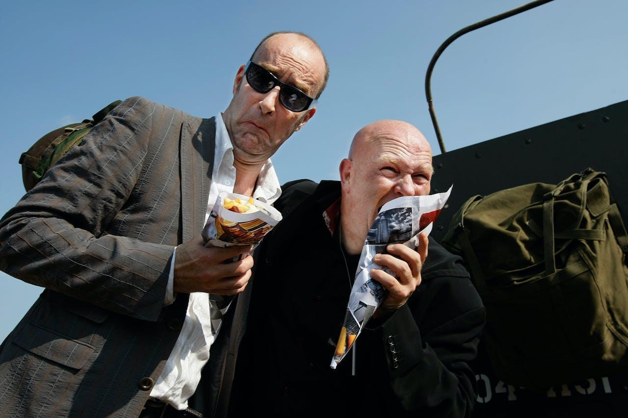 Rashagenezen schrijver Bart Chabot en topkok Pierre Wind (rechts) bij een tank voor hun boekpresentatie in Scheveningen in 2008. Foto ANP